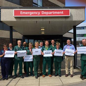 Imagen: Los médicos adjuntos muestran su apoyo a sus colegas más jóvenes (Fotografía cortesía de la Dra. Sophie Gough).