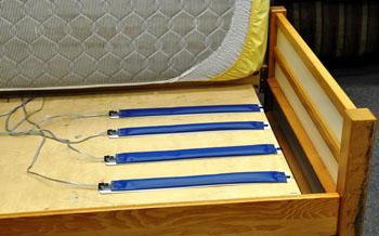 Imagen: Los sensores para usar en la cama son construidos con transductores hidráulicos y están diseñados para monitorizar la salud del paciente (Fotografía cortesía de la Universidad de Missouri).