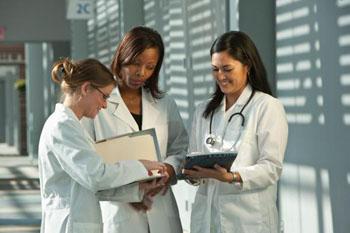 Imagen: La nueva investigación muestra que las médicas académicas en las facultades de medicina públicas, en los EUA, reciben un salario promedio inferior al de sus homólogos masculinos (Fotografía cortesía de Thinkstock).