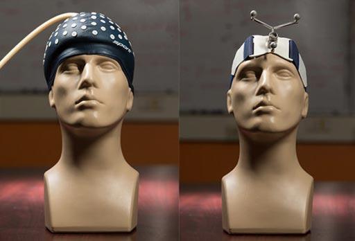 Imagen: Un casco granular (I) en comparación con la banda elástica actual (D) (Fotografía cortesía de Joseph Howell/Vanderbilt).