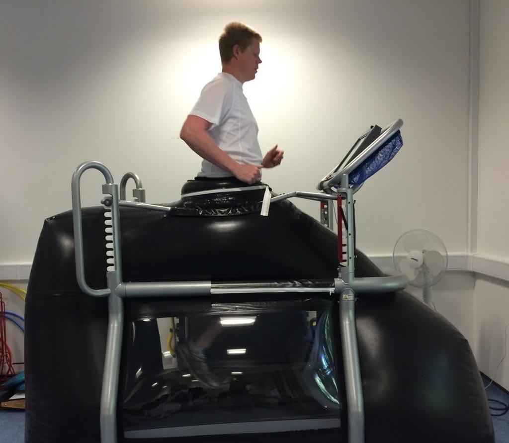 Imagen: Una caminadora antigravedad puede ayudar a los pacientes de cirugía de rodilla a correr de nuevo (Fotografía cortesía de Karen Hambly/Universidad de Kent).