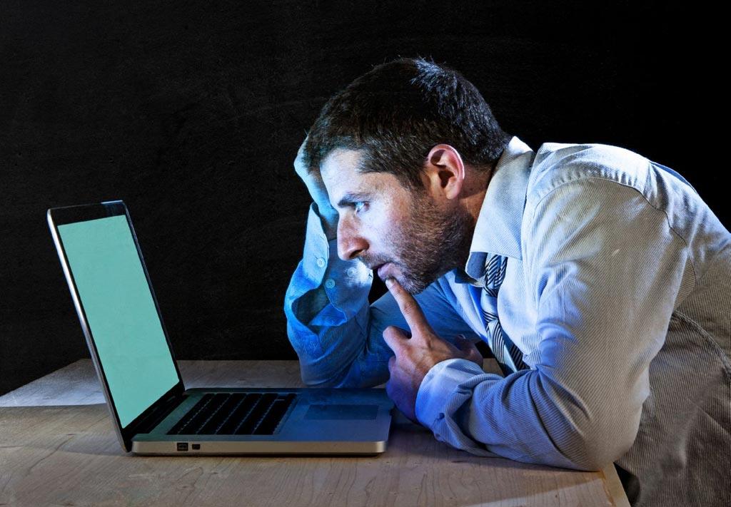 Imagen: Un nuevo estudio encontró que la luz azul emitida por los dispositivos digitales puede interrumpir el sueño suprimiendo la melatonina (Fotografía cortesía de Deposit Photos).