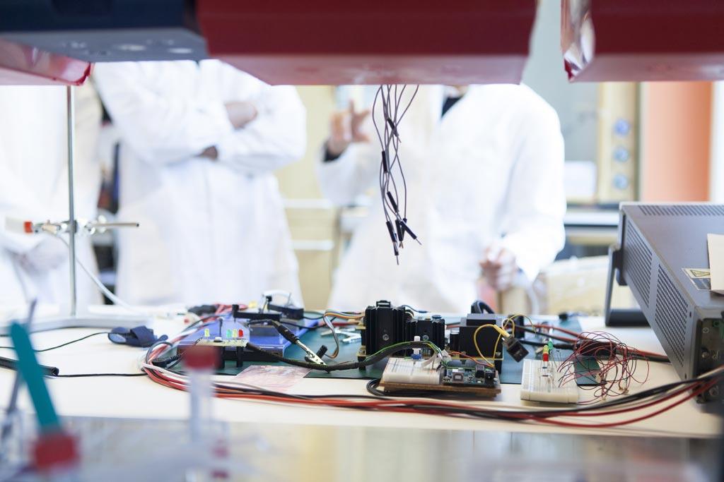 Imagen: Un nuevo estudio afirma que las corrientes bioeléctricas mejoran los efectos bactericidas de la plata (Fotografía cortesía de Laurent Mekul / KI).