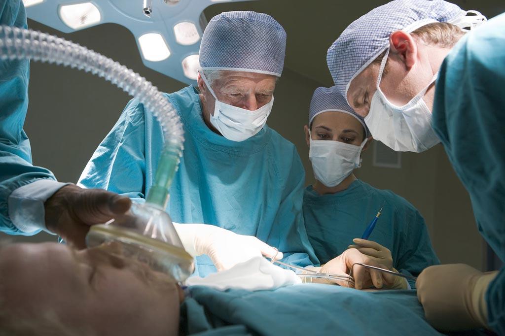 Imagen: Un nuevo estudio sugiere que el tiempo de anestesia se debe mantener al mínimo para evitar complicaciones quirúrgicas (Fotografía cortesía de Alamy).
