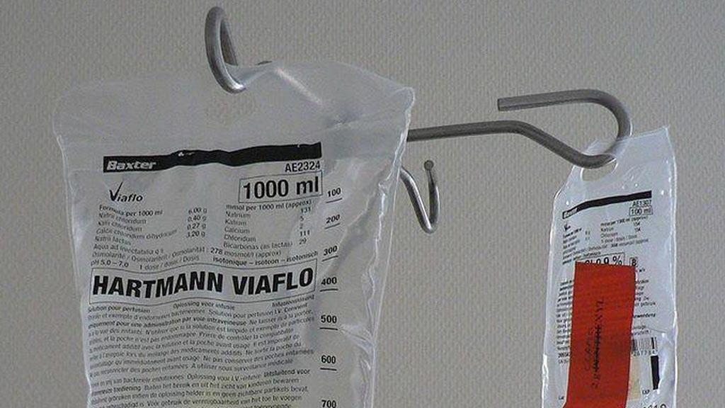 Imagen: Un nuevo estudio muestra que la administración intravenosa de cristaloides balanceados es más segura que la solución salina (Fotografía cortesía de Wikimedia).