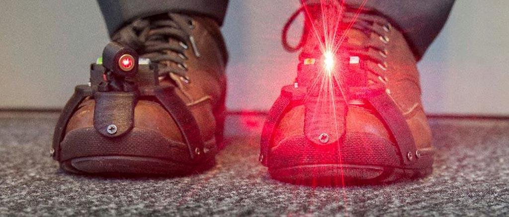 Imagen: La investigación sugiere que los zapatos con láser pueden ayudar a los pacientes con EP a caminar con más seguridad (Fotografía cortesía de la Universidad de Twente).