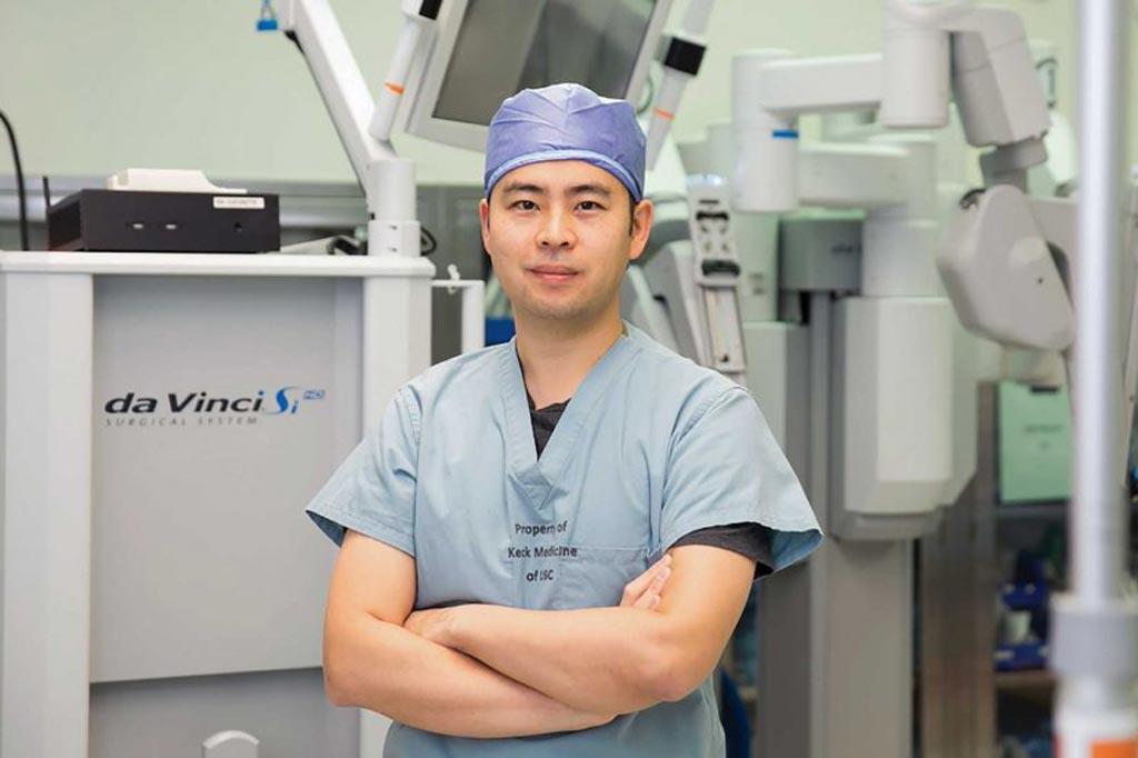 Imagen: El Dr. Andrew Hung y el dVLogger, que rastrea los movimientos de los médicos durante la cirugía robótica (Fotografía cortesía de Ricardo Carrasco III/USC).