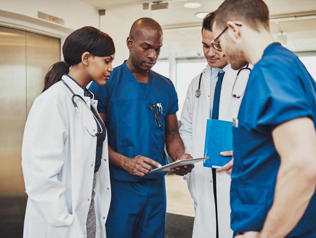 Imagen: Según un nuevo estudio, los uniformes hospitalarios recubiertos en cobre podrían reducir la transferencia de patógenos en los hospitales (Fotografía cortesía de la Universidad de Manchester).