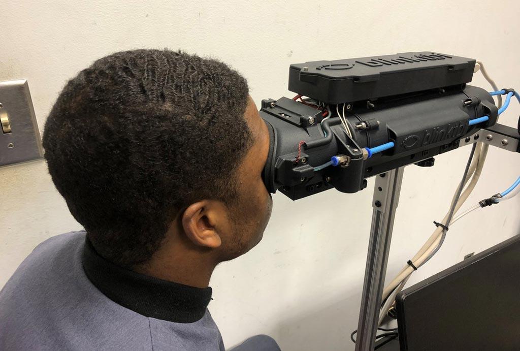 Imagen: El reflexómetro Blink mide el reflejo de parpadeo de un cadete en la Ciudadela (Fotografía cortesía de La Ciudadela).