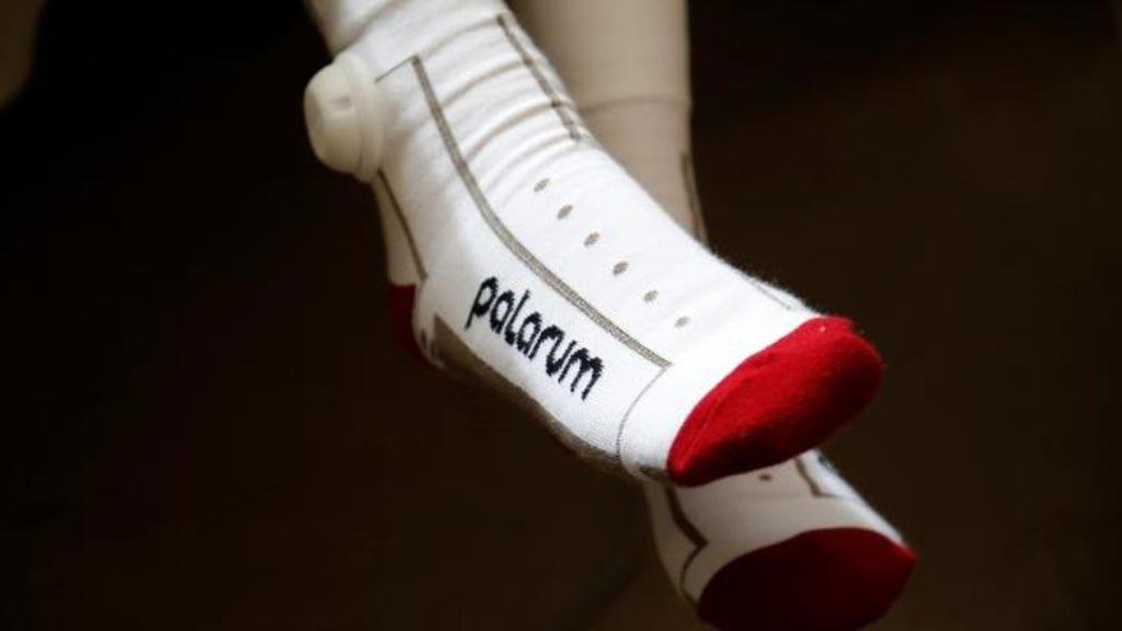 Imagen: Los calcetines inteligentes ayudan a las enfermeras a saber cuándo un paciente está fuera de la cama (Fotografía cortesía de Palarum).