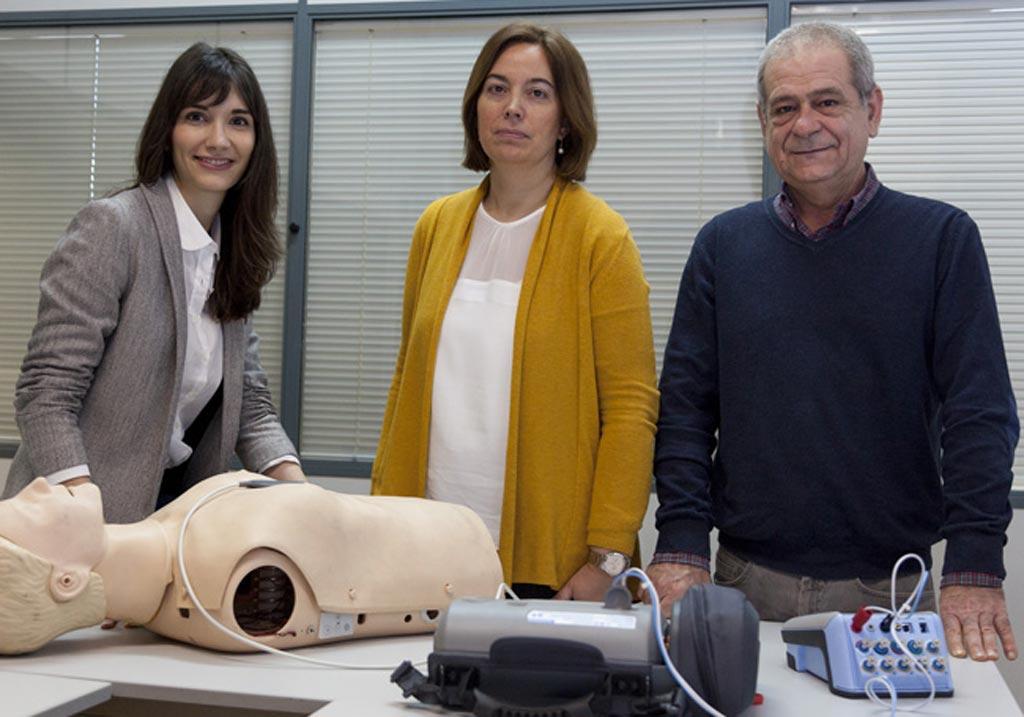 Imagen: La Dra. Digna María González-Otero (R) y sus colegas ensayando el algoritmo en un maniquí modelo (Fotografía cortesía de UPV / EHU).