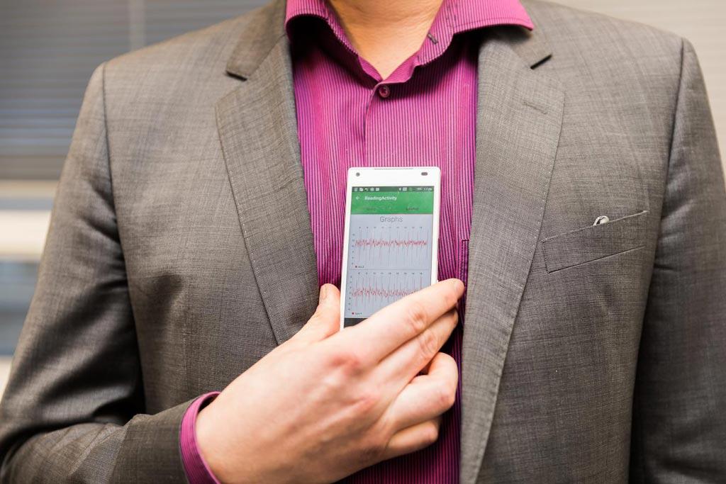 Imagen: Una aplicación de teléfono inteligente puede detectar la FA de manera no invasiva (Fotografía cortesía de Hanna Oksanen / UTU).