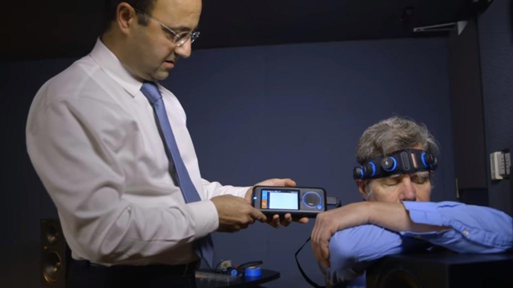 Imagen: El profesor Josef Parvizi escuchando un EEG sonificado (Fotografía cortesía de la Universidad de Stanford).