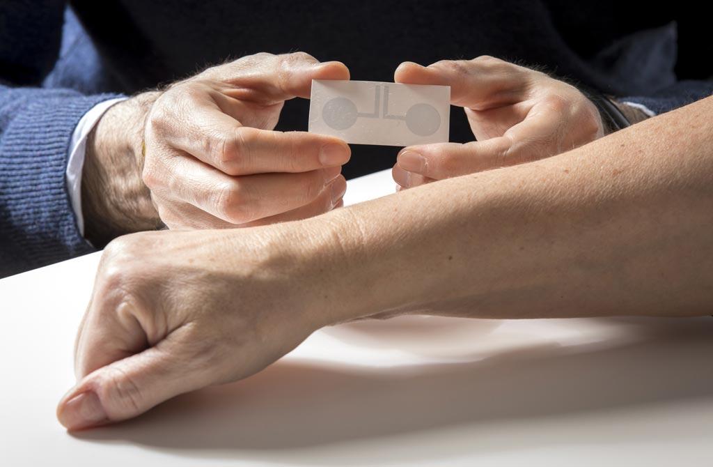 Imagen: Se pueden aplicar electrodos de tatuaje novedosos a la piel para crear imágenes de transferencia temporal (Fotografía cortesía de Lunghammer / TUGraz).