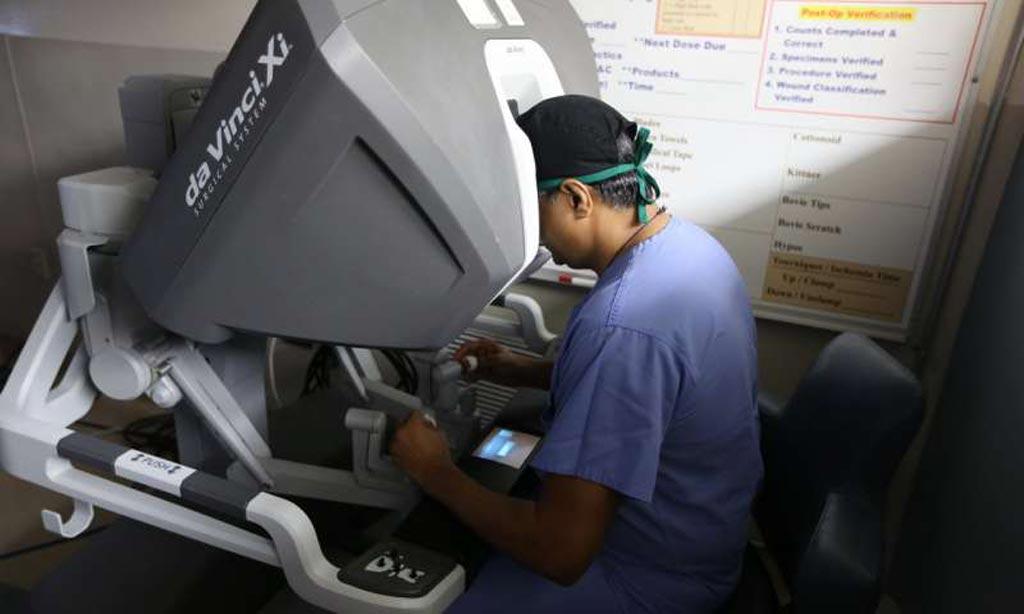 Imagen: El Profesor Parekh opera el Sistema Quirúrgico da Vinci Xi (Fotografía cortesía de la Universidad de Miami).