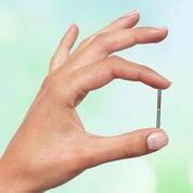 Imagen: un pequeño neuroestimulador implantable ayuda a controlar las vejigas hiperactivas (Fotografía cortesía de BlueWind Medical).