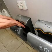Imagen: Un nuevo estudio afirma que los Airblades (secadores de aire) son más baratos de usar, pero menos higiénicos que las toallas de papel (Fotografía cortesía de Alamy).