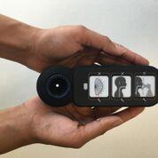 Imagen: Un dispositivo añadido a la bolsa de ventilación ayuda a resucitar a los bebés recién nacidos asfixiados (Fotografía cortesía de Philips Healthcare).