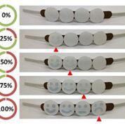 Imagen: Las caras de los emoticones en la pulsera se iluminan sucesivamente a medida que aumenta la exposición a la radiación UV (Fotografía cortesía de la RMIT).
