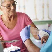 Imagen: Muchas mujeres mayores no saben que la osteoporosis puede causar fracturas (Fotografía cortesía de Shutterstock).