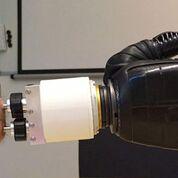 Imagen: Una articulación artificial similar a una muñeca interactúa entre los implantes osteointegrados y una mano protésica (Fotografía cortesía de la Universidad de Tecnología de Chalmers).