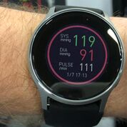 Imagen: Un reloj de pulsera nuevo mide con exactitud la presión arterial y el pulso (Fotografía cortesía de Omron).