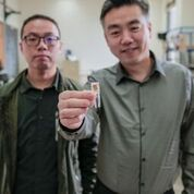 Imagen: El estudiante de posgrado, Guang Yao (I) y el profesor Xudong Wang (D) con el dispositivo implantable (Fotografía cortesía de Sam Million-Weaver/WISC).