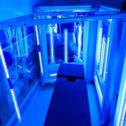 Imagen: Paneles de luz FMUV desinfectando una sala de cirugía (Fotografía cortesía de Northwell Health).