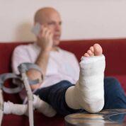 Imagen: Un estudio nuevo afirma que las personas que sufren una lesión en el tobillo pueden curarse igual de bien sin usar el yeso tanto tiempo (Fotografía cortesía de iStock).