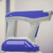 Imagen: El dispositivo SpinCare y la solución SpinKit crean una capa de piel transitoria personalizada (Fotografía cortesía de Nanomedic Technologies).