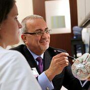 Imagen: El Profesor Issam Awad demostrando el procedimiento MISTIE (Fotografía cortesía de la Universidad de Chicago).