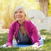 Imagen: Un estudio nuevo advierte que las posturas de yoga que flexionan la columna vertebral más allá de sus límites pueden aumentar el riesgo de fracturas por compresión en personas que padecen osteoporosis (Fotografía cortesía de Getty Images).