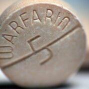 Imagen: Muchas personas que toman warfarina concomitantemente toman aspirina sin necesidad (Fotografía cortesía de Shutterstock).
