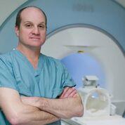 Imagen: El Dr. Eric Walser recomienda la ablación focal con láser para el cáncer de próstata (Fotografía cortesía de la UTMB).