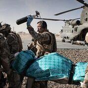 Imagen: Un estudio nuevo afirma que el triaje rápido, los torniquetes y las transfusiones de sangre salvan vidas de soldados (Fotografía cortesía de Getty Images).