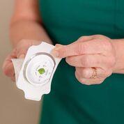 Imagen: El Leaf Sensor inalámbrico utiliza un adhesivo médico para quedar pegado al paciente (Fotografía cortesía de Leaf Healthcare).