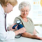Imagen: Nuevas investigaciones afirman que la normalización de la presión arterial en personas mayores podría ponerlas en riesgo (Fotografía cortesía de Thinkstock).