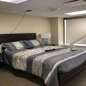 Imagen: El apartamento modelo de cuidado a largo plazo utilizado en el estudio y el radar FMCW montado en el techo (Fotografía cortesía de la UW).