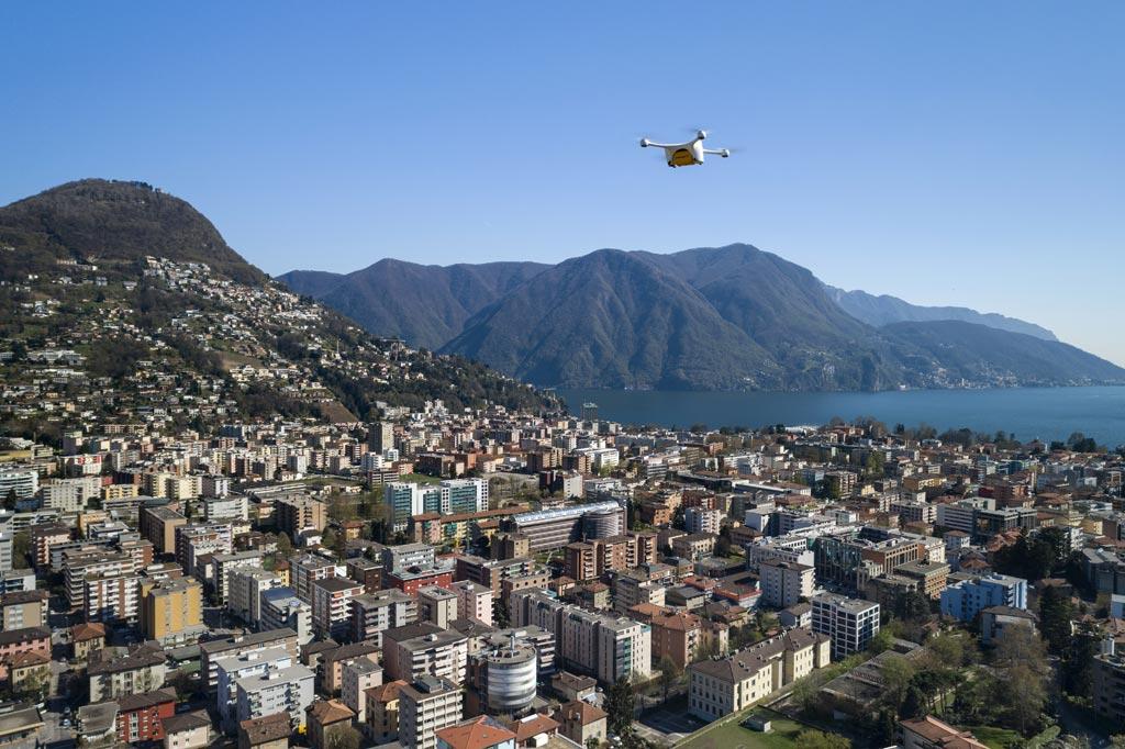 Imagen: Un dron haciendo una entrega en Zúrich (Fotografía cortesía de Swiss Post).