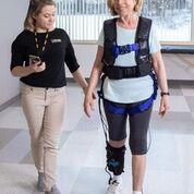 Imagen: Un dispositivo de entrenamiento de la marcha ayuda a la rehabilitación de los sobrevivientes de un derrame cerebral (Fotografía cortesía de ReWalk).