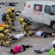 Imagen: Los bomberos tratan a los heridos durante la prueba de campo de víctimas masivas con TOXI-Triage (Fotografía cortesía de Andy Weekes/Universidad de Loughborough).