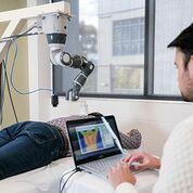 Imagen: El PBM cobot aplica la terapia dirigida con láser a los puntos calientes del dolor (Fotografía cortesía del Instituto de Tecnología Swinburne).