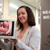 """Imagen: La Dra. Kara Burns y una """"selfie"""" médica (Fotografía cortesía de Kara Burns)."""