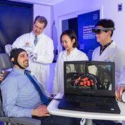 Imagen: Una tapa equipada con un sensor detecta cambios en el flujo sanguíneo y la oxigenación, detectando, de esa forma, la actividad cerebral (Fotografía cortesía de la U-M).