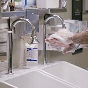 Imagen: Un estudio nuevo muestra que los lavamanos y los grifos de los hospitales pueden albergar patógenos peligrosos (Fotografía cortesía de Getty Images).