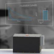 Imagen: Un sensor de hidratación no invasivo basado en la misma tecnología que la RM puede caber en el consultorio de un médico (Fotografía cortesía de Lina Colucci / MIT).