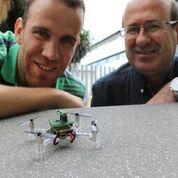 Imagen: Javier Burgués (I) y Santiago Marco (D), de la UB y el IBEC, y el nanodrón (Fotografía cortesía del IBEC).