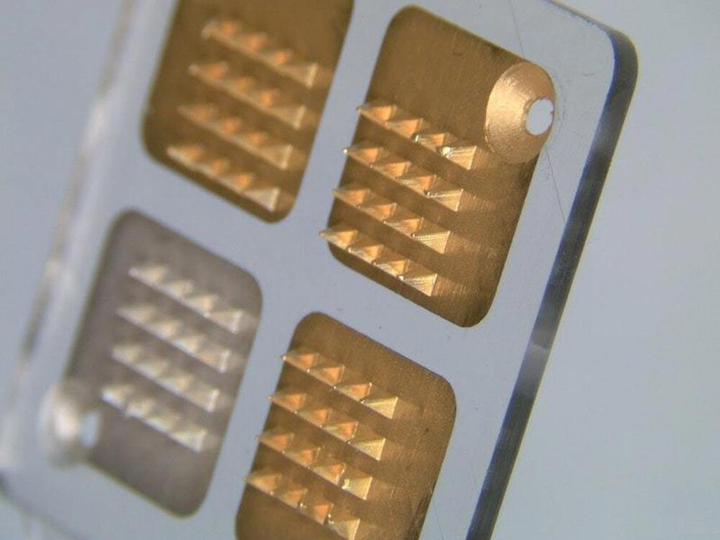 Imagen: Un estudio nuevo muestra cómo los biosensores con microagujas pueden detectar los niveles de antibióticos en tiempo real (Fotografía cortesía de Imperial).