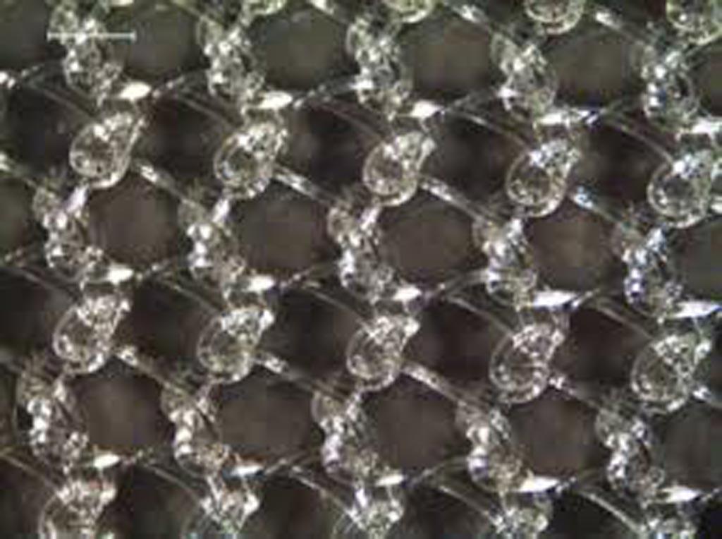 Imagen: Un primer plano de una malla tejida en urdimbre tratada con tecnología ANAB (Fotografía cortesía de Exogenesis).