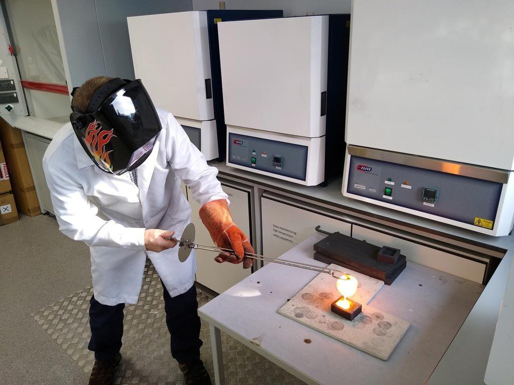 Imagen: Investigador de Aston preparando una varilla de vidrio con cordones de ZnO (Fotografía cortesía de la Universidad de Aston).